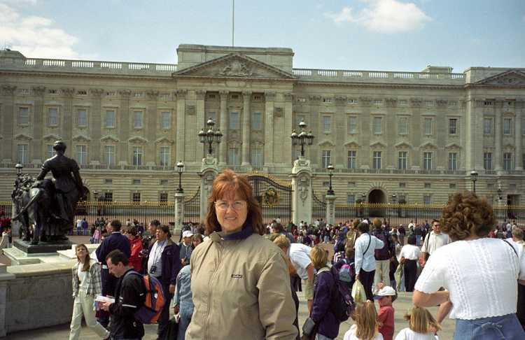We visited Buckingham Palace for the changing of the guard ceremony. It is the official London residence of the Quenn.