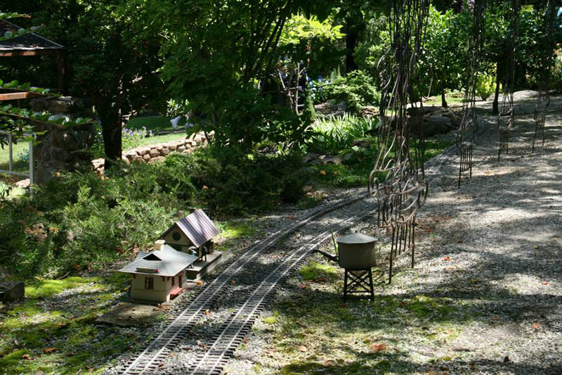 There is 1,000 feet of G-scale track in the gardens.