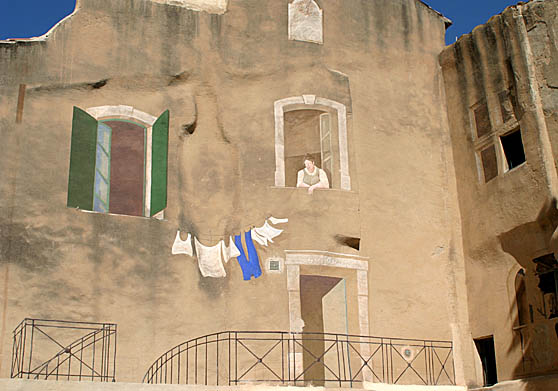 We saw several walls painted like this one in Isle sur Sorgue.